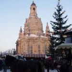 Pferdekutsche vor dem Weihnachtsmarkt auf dem Neumarkt mit Frauenkirche im Hintergrund