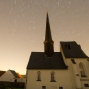 Der Sternenhimmel dreht sich um die Spitze der Jahnshainer Kirche